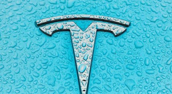 Tesla risarcirà $1,5mln per riduzione tensione batteria