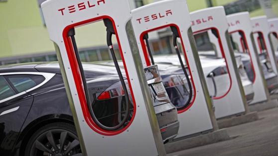 Entro la fine dell'anno Tesla aprirà a tutti le sue stazioni di ricarica